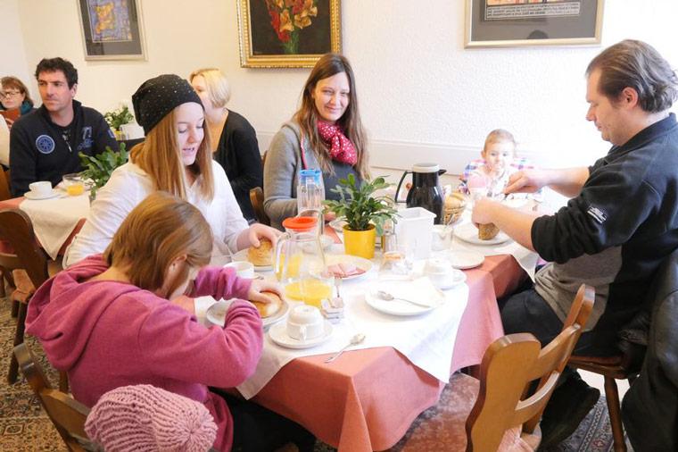 Familie beim Frühstücken im Hotel Salleck Garni